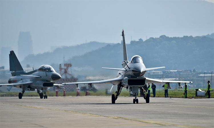 Hai tiêm kích J-10 của Trung Quốc chuẩn bị cất cánh bay huấn luyện, ngày 23/5. Ảnh: PLA.