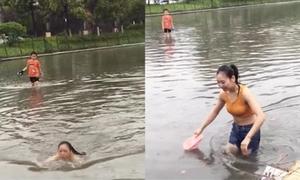 Bơi qua đường ngập nước vì sợ muộn làm