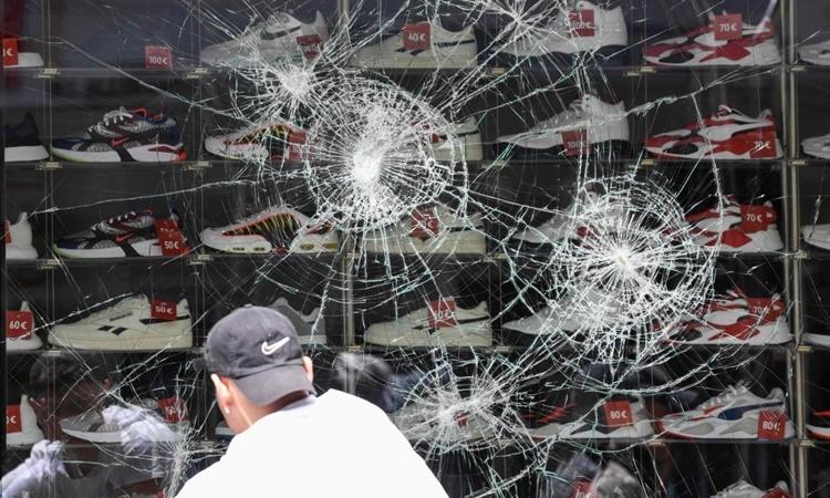 Một cửa hàng bị đập vỡ cửa kính sau cuộc bạo loạn đêm 20/6 ở Stuttgart, Đức. Ảnh: AFP.