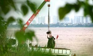 Trục vớt bom gần cầu Long Biên