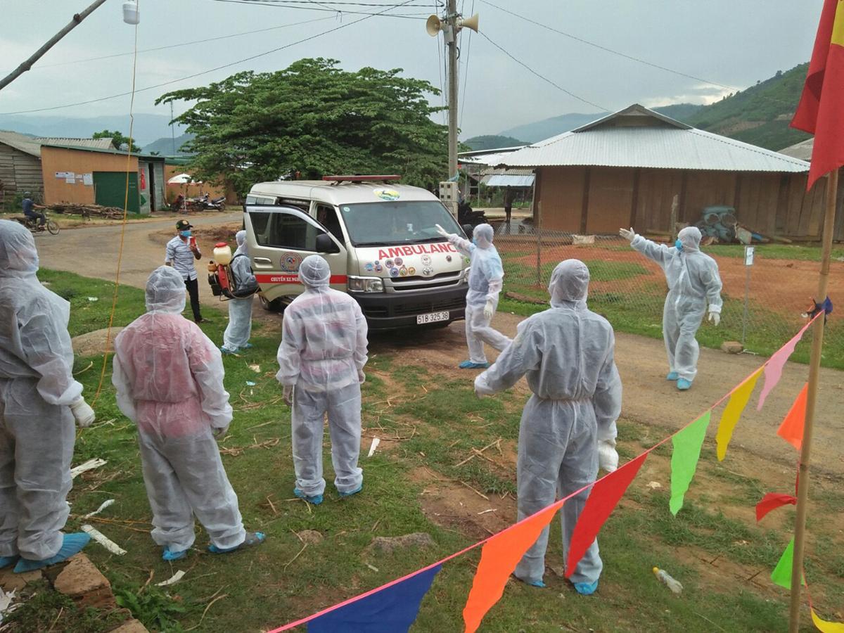Các nhân viên y tế xử lý ổ dịch bạch hầu ở xã Quảng Hòa, Đắk Nông. Ảnh: Trần Hóa.