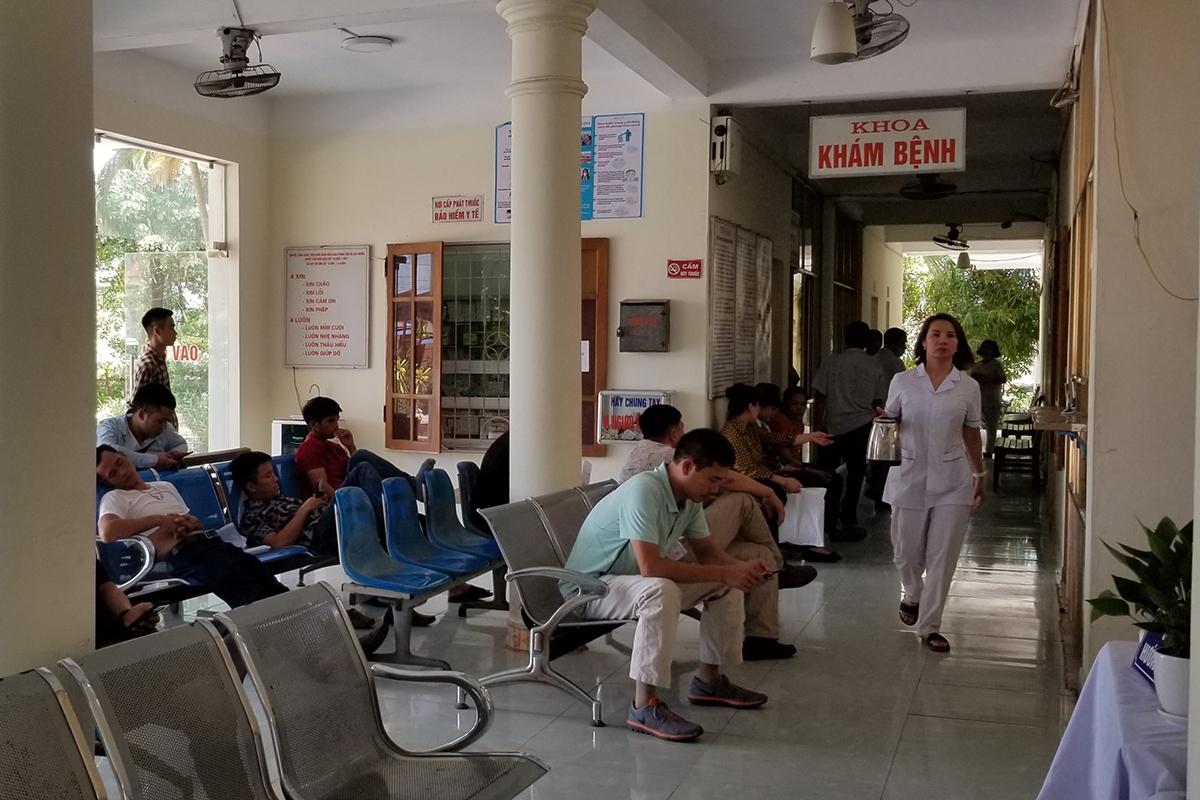 Trong ngày 22/6, Bệnh viện giao thông vận tải Hải Phòng chỉ còn khoa khám bệnh và khoa chạy thận Nhật- Việt hoạt động, các khoa, phòng khác đóng cửa do 32 y bác sĩ nộp đơn nghi việc tự túc do nhiều tháng nay không được trả lương và phụ cấp. Ảnh: Giang Chinh