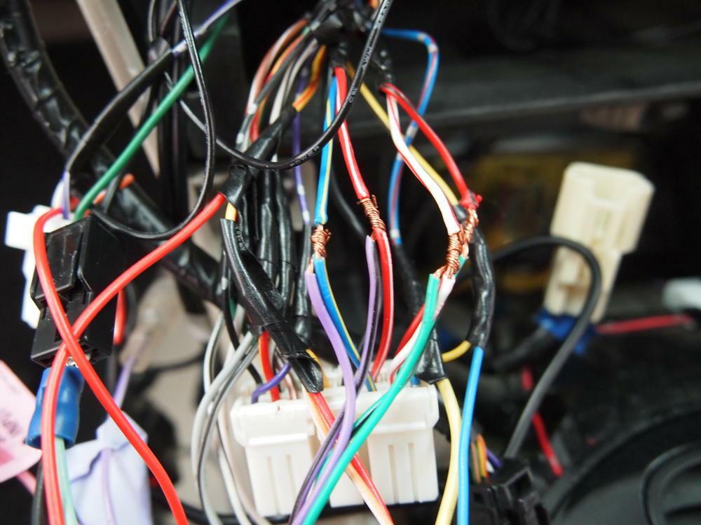 Hệ thống dây điện trên ôtô phức tạp vì có nhiều thiết bị tiêu thụ. Ảnh: Performancecaraudio
