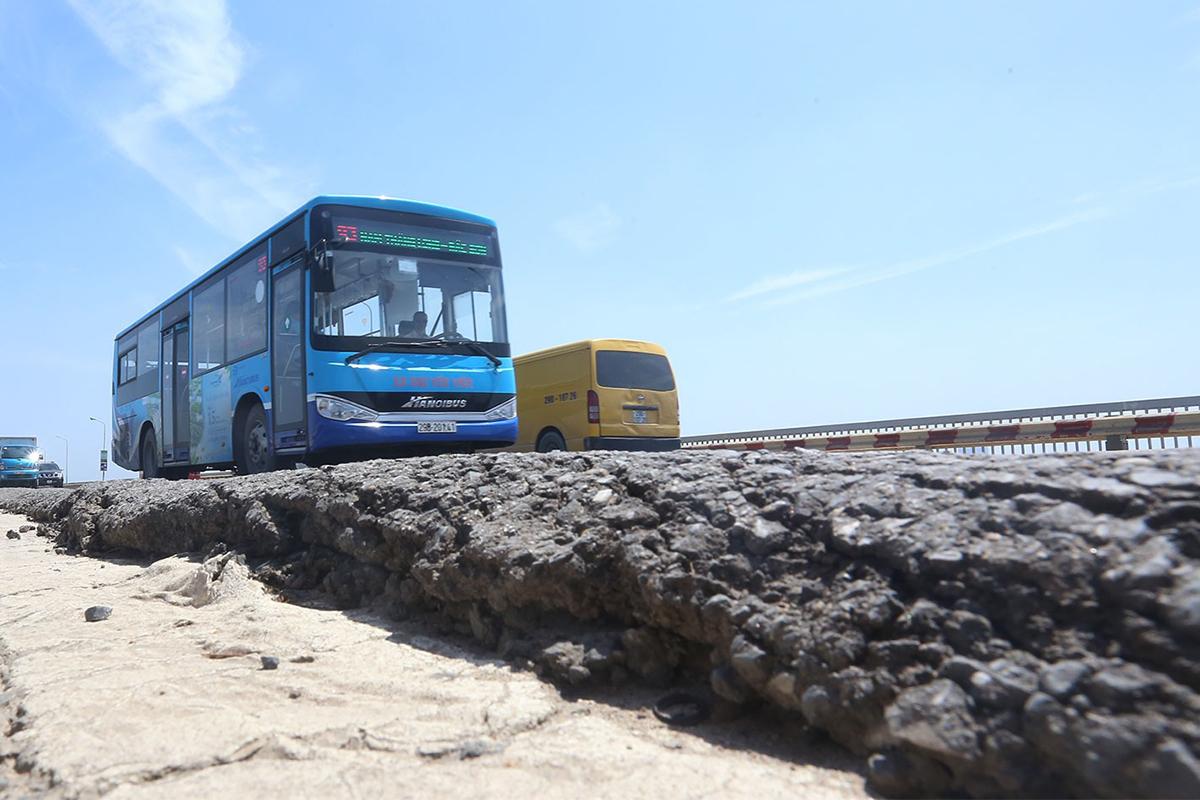 Một số đoạn mặt cầu Thăng Long đã bị dồn ứ nhựa đường cao tới 20 cm. Ảnh: Bá Đô