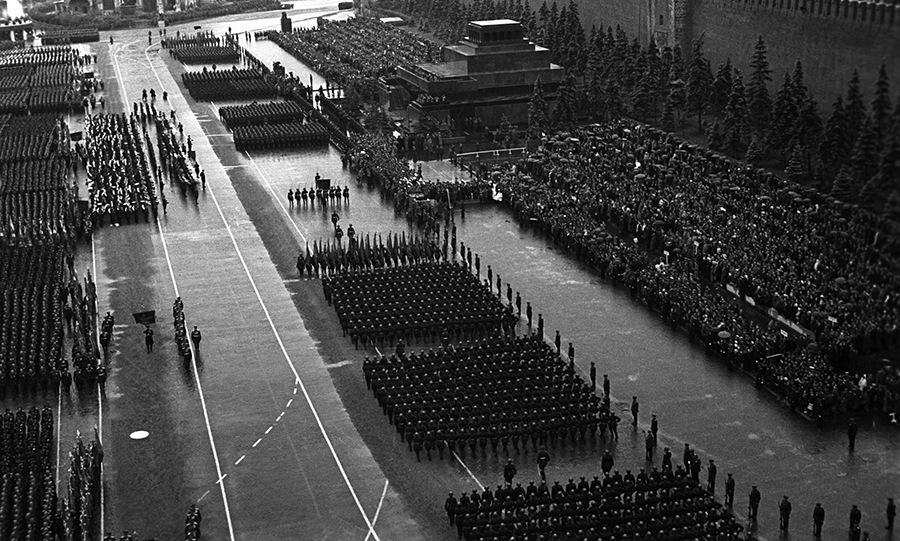 Các khối duyệt binh đi qua trước lễ đài sáng 24/6/1945. Ảnh: Bộ Quốc phòng Nga.
