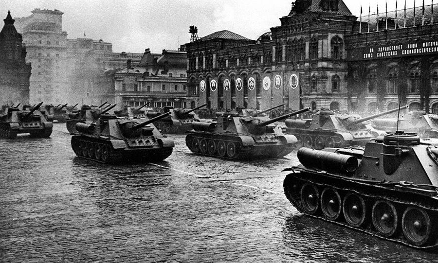 Pháo tự hành di chuyển trước lễ đài sáng 24/6/1945. Ảnh: Bộ Quốc phòng Nga.
