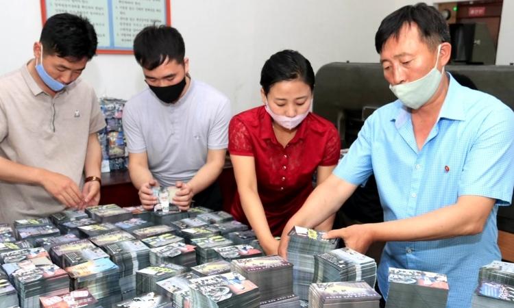 Nhân viên Triều Tiên sắp xếp truyền đơn chống Hàn Quốc hôm 19/6. Ảnh:KCNA.