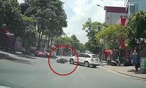 Nam thanh niên bị ngã khi ôtô quay đầu