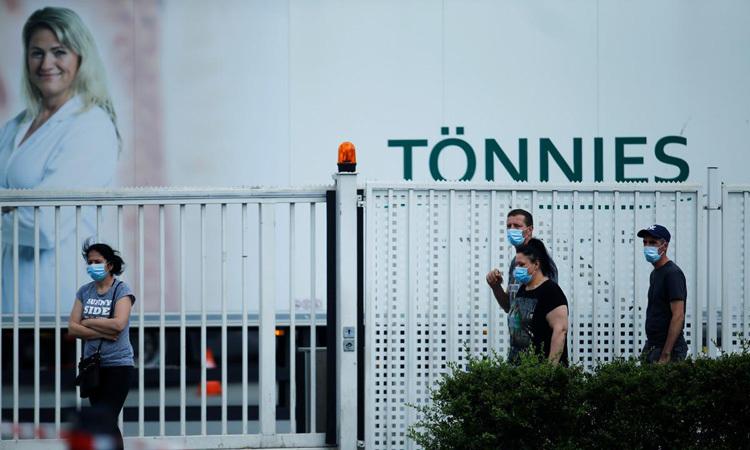 Công nhân bên ngoài nhà máy chế biến thịtRheda-Wiedenbruck đã đóng cửa ở thành phố Bielefeld, tây bắc nước Đức hôm 20/5. Ảnh: Reuters.