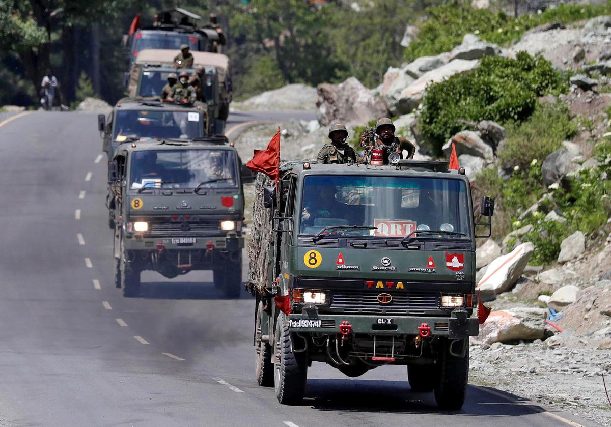 Đoàn xe của quân đội Ấn Độ di chuyển dọc đường cao tốc dẫn tới khu vực Ladakh gần biên giới với Trung Quốc hôm 18/6. Ảnh: Reuters.