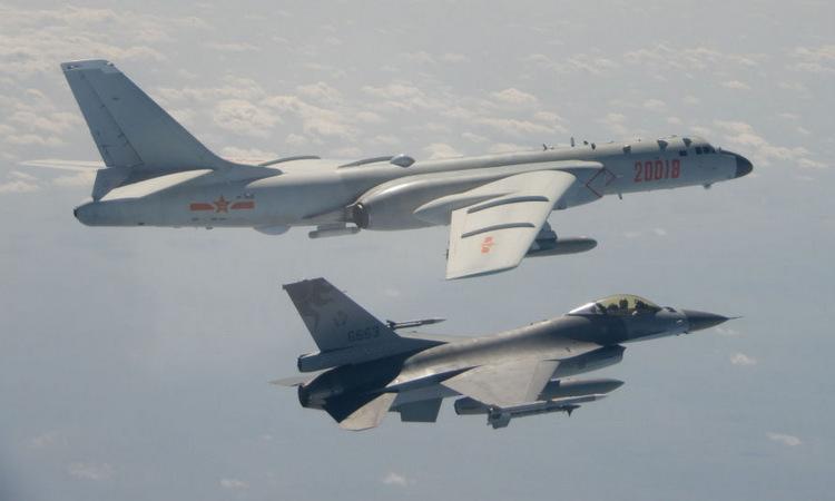 Tiêm kích Đài Loan bám theo oanh tạc cơ Trung Quốc hồi tháng 2. Ảnh: Lực lượng vũ trang Đài Loan.
