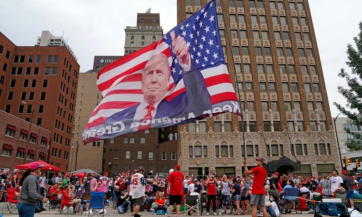 Người ủng hộ Trump tập trung bên ngoài nơi tổ chức sự kiện vận động tranh cử ở Tulsa, Oklahoma, hôm 20/6. Ảnh: NYTimes.