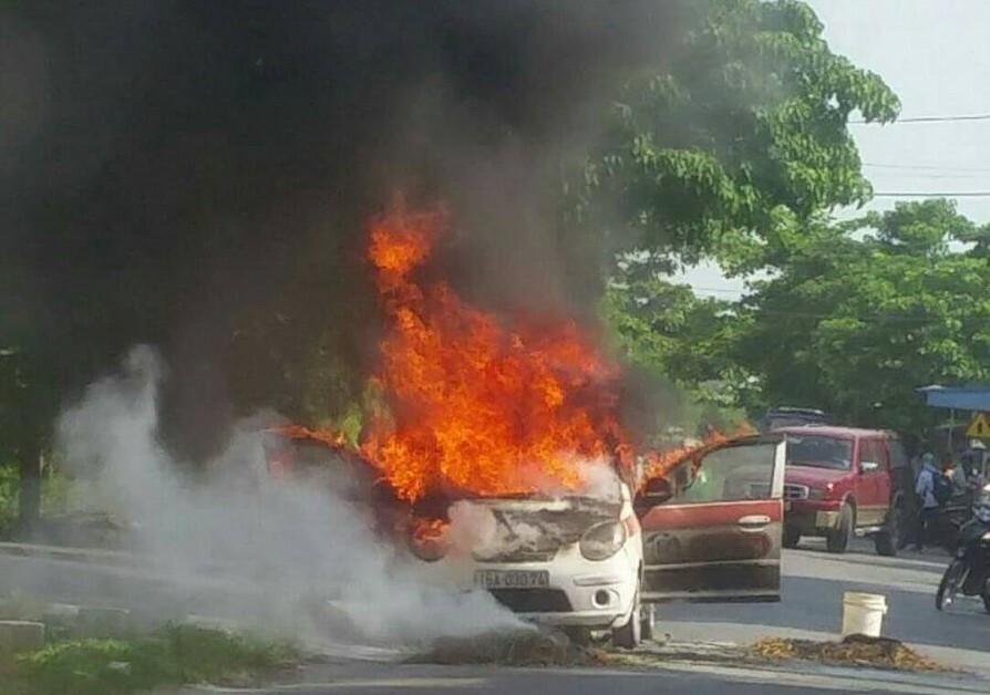 Xe cháy vì quấn rơm.