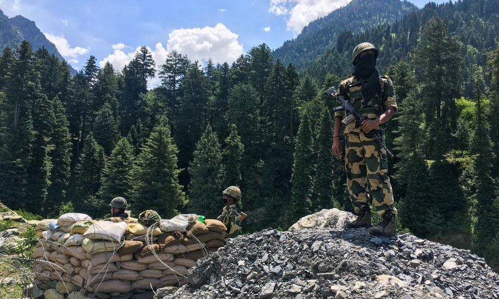 Lực lượng biên phòng Ấn Độ canh gác trên tuyến đường cao tốc tạiGagangir dẫn tới biên giới với Trung Quốc hôm 17/6. Ảnh: AFP.