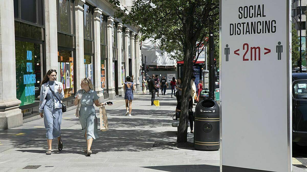 Biển chỉ dẫn duy trì cách biệt 2 mét ở thủ đô London, Anh hôm 22/6. Ảnh: Reuters