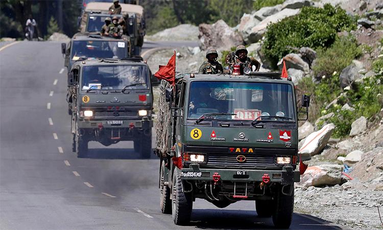 Đoàn xe quân sự Ấn Độ trên cao tốc đến vùng Ladakh giáp với biên giới Trung Quốc, ngày 18/6. Ảnh: Reuters.