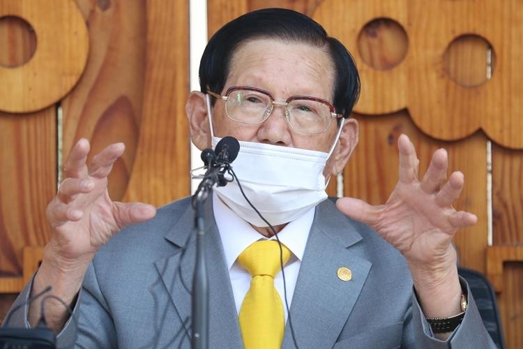 Giáo chủ Tân Thiên Địa Lee Man-hee tại cuộc họp báo ởGapyeong, Hàn Quốc ngày 2/3. Ảnh:AFP.