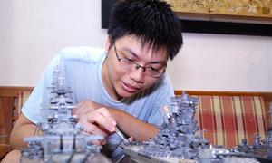 Chàng trai chơi mô hình tàu quân sự thế chiến II