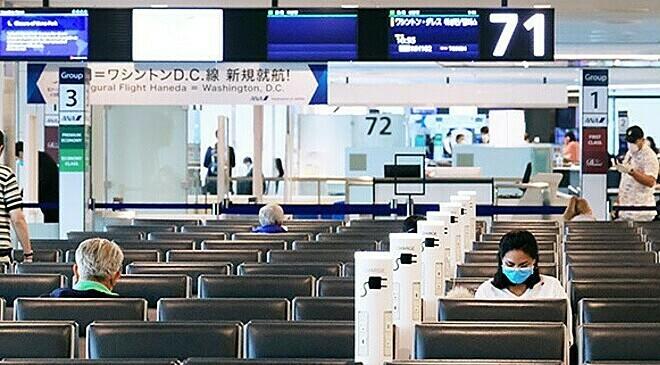 [ The newly opened international lobby at Terminal 2 of Haneda Airport in Tokyo's Ota Ward on March 29. Few passengers are seen due to the spread of the new coronavirus. (Tsubasa Setoguchi)