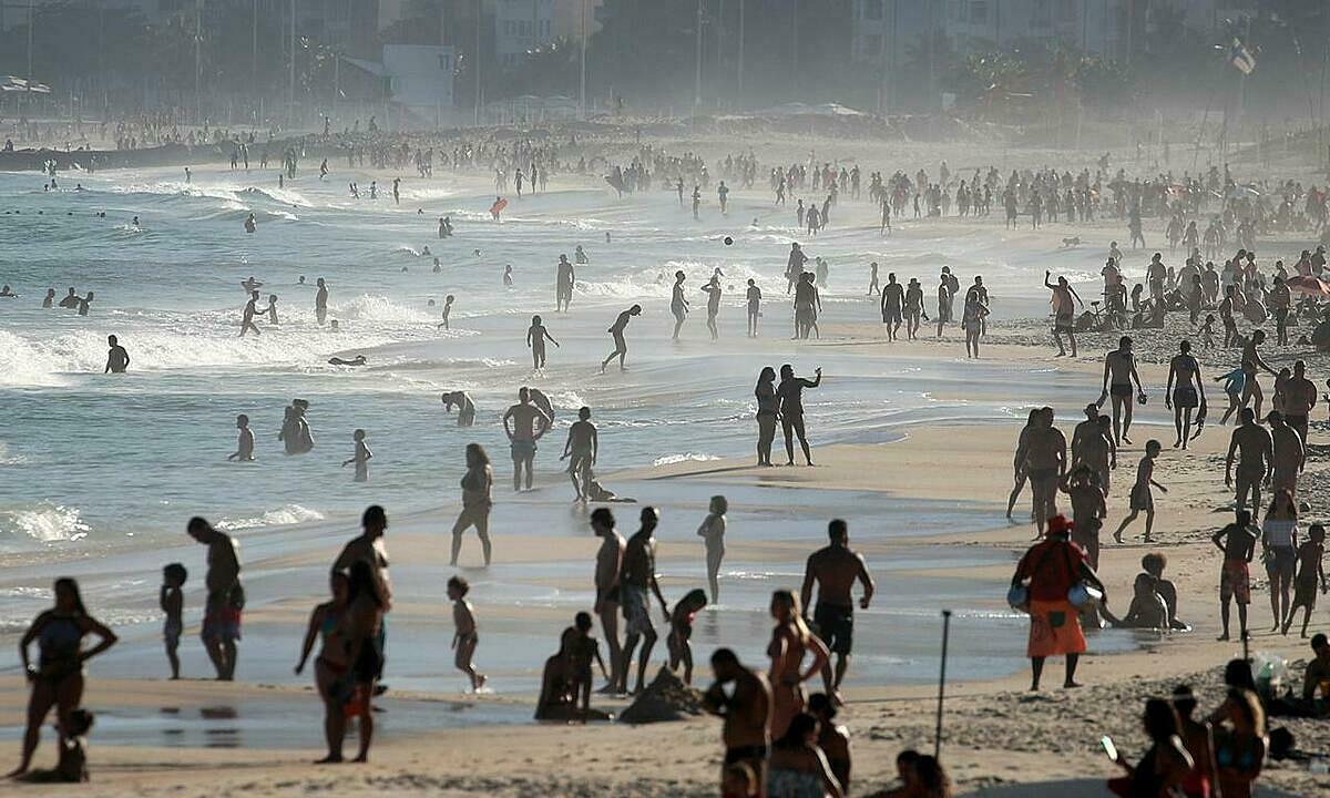 Người dân vui chơi trên bãi biển Ipanema ở bang Rio de Janeiro, Brazil, hôm 21/6. Ảnh: Reuters