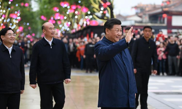 Chủ tịch Tập Cận Bình trong chuyến thăm thành phố Tây An, tỉnh Thiểm Tây, hôm 22/4. Ảnh:Xinhua.