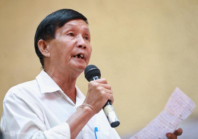 Cử tri Nguyễn Tấn Cứu phát biểu tại cuộc tiếp xúc cử tri sáng 23/6. Ảnh: Hữu Khoa.