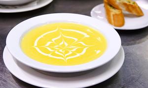 Cách làm súp bí đỏ ăn kèm bánh mì bơ tỏi