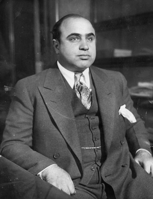 Trong những bức ảnh sau này, Capone luôn cố gắng che đi vết sẹo bên má trái. Ảnh: FBI.
