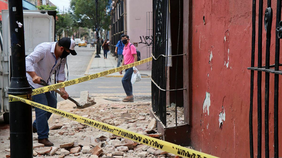 Người dân dọn dẹp đống đổ nát từ một ngôi nhà bị hư hại do động đất ở bang Oaxaca, Mexico hôm 23/6. Ảnh: Reuters
