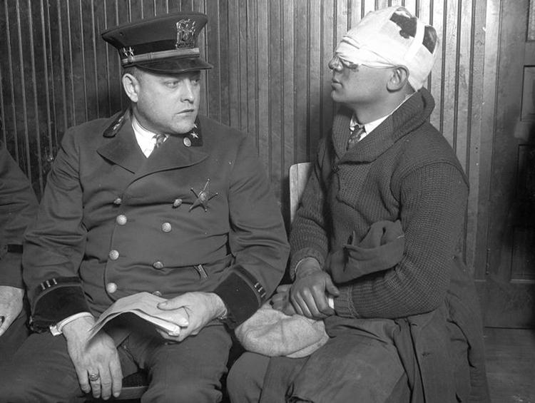 Giám đốc cảnh sát thành phố Cicero (trái) cùng nhiều người bị đàn em của Capone đánh đập trong ngày bầu cử. Ảnh: Chicago Tribune.