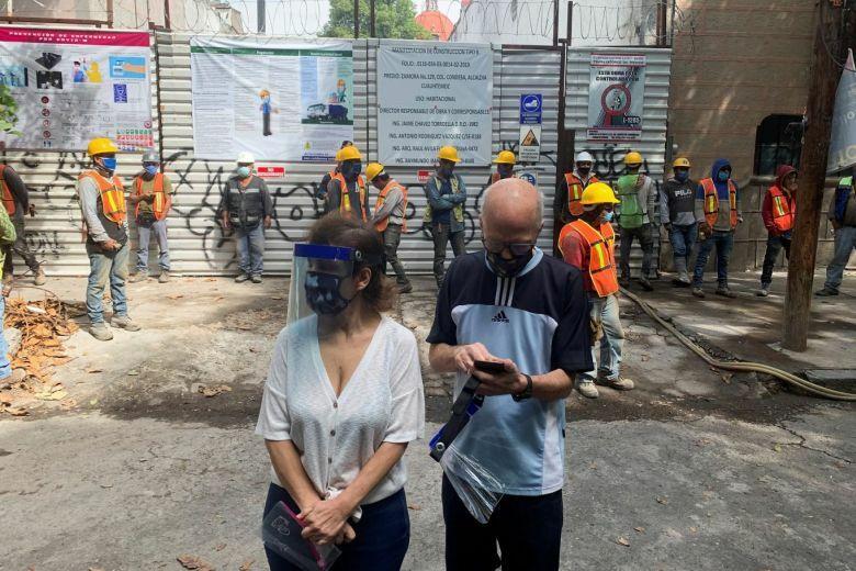 Người dân đổ ra đường sau động đất ở Mexico City hôm 23/6. Ảnh: Reuters