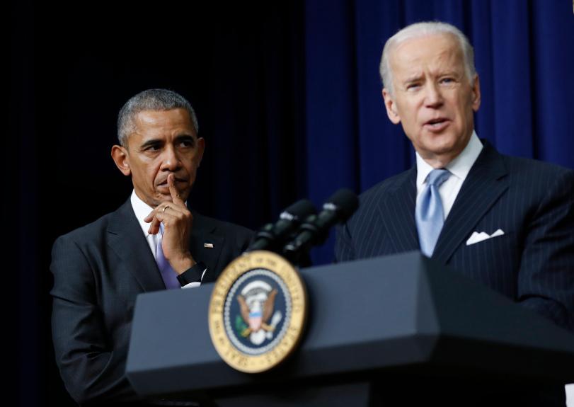 Obama lắng nghe Biden phát biểu tại một sự kiện ở Nhà Trắng tháng 12/2016. Ảnh: AP