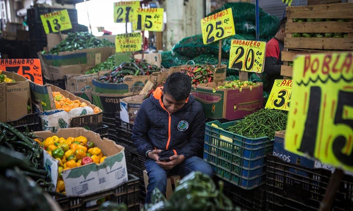 Một nhân viên bán hàng tại chợ Central de Abasto. Ảnh: Washington Post.