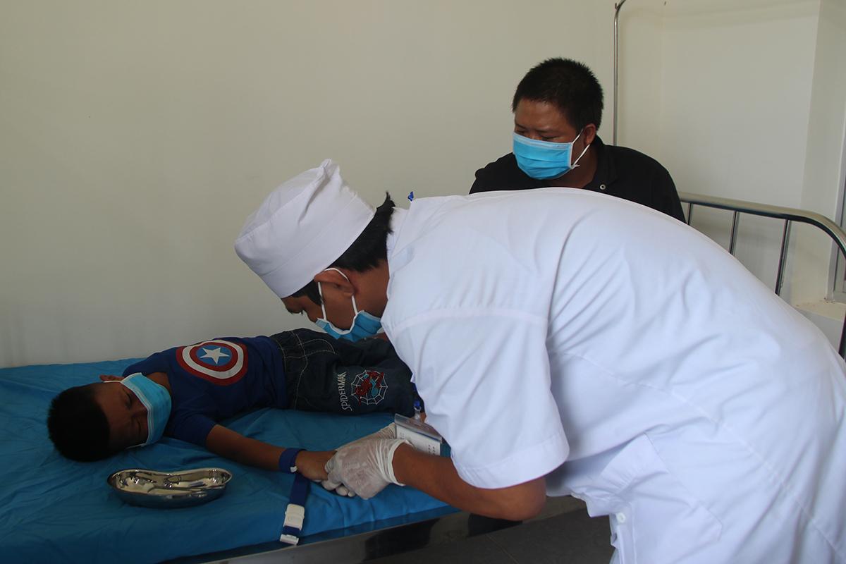 Bác sỹ lấy mẫu xét nghiệm bạch hầu tại Trung tâm Y tế huyện Krông Nô. Ảnh: Ngọc Oanh.