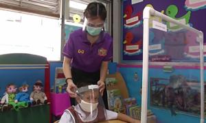 Học sinh Thái Lan đeo kính chắn giọt bắn khi đi học