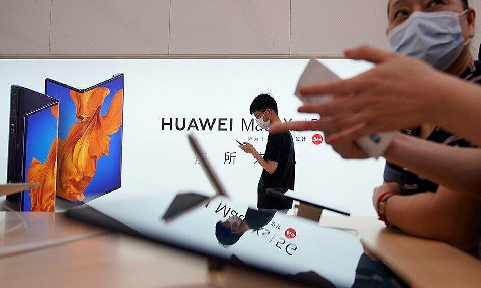 Khách hàng đeo khẩu trang tại một cửa hàng của Huawei mới khai trương ở Thượng Hải, Trung Quốc, ngày 24/6. Ảnh: Reuters.
