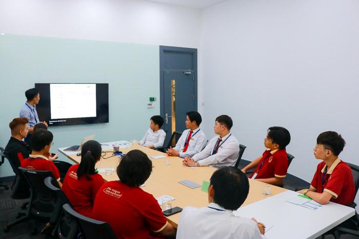 Sinh viên SIU trong giờ học thực tế môn Công tác kỹ sư Công nghệ thông tin tại Công ty FPT Information System HCM (FPT IS HCM) do giảng viên Lê Phước Cường đồng thời là Trưởng phòng Tuyển dụng FPT IS HCM trực tiếp giảng dạy.