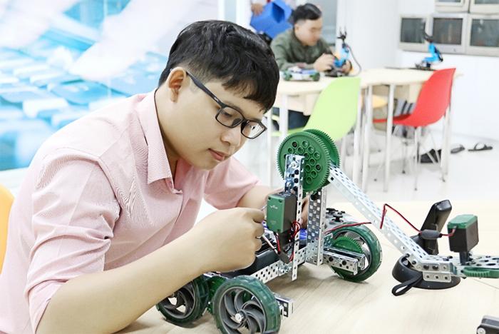 Nguyễn Văn Luận - sinh viên ngành Khoa học máy tính Đại học Quốc tế Sài Gòn đã nghiên cứu, chỉnh sửa và ứng dụng thành công phần mềm mã nguồn mở Odoo ERP vào hoạt động doanh nghiệp và sớm có việc làm tốt khi chưa tốt nghiệp
