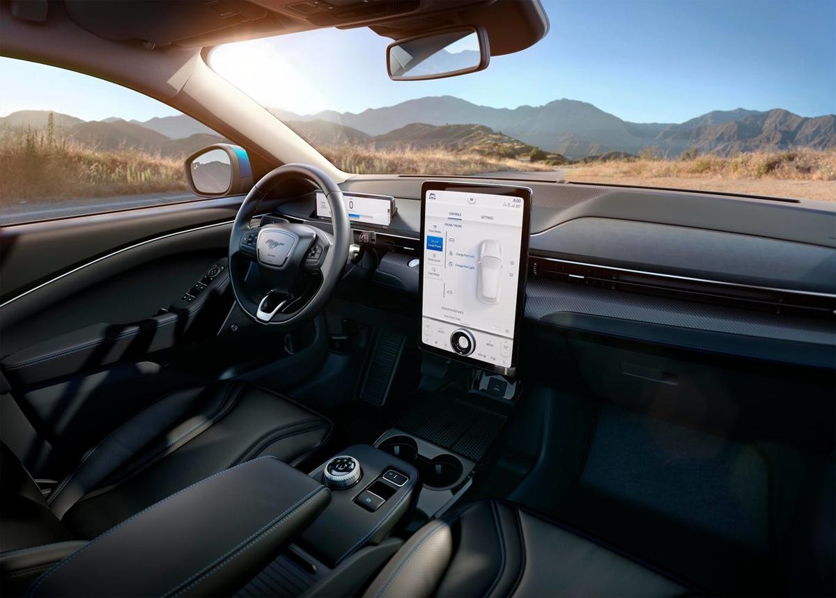 Nội thất Mustang Mach-E giống Explorer, cũng có màn hình điều khiển cỡ lớn đứng thẳng giữa táp-lô. Ảnh: Ford