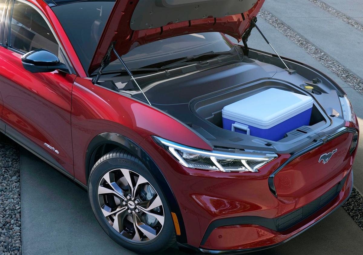 Kết cấu xe điện giúp Mach-E có thêm không gian để đồ ngay cốp trước, nơi vốn đặt động cơ ở các dòng xe máy xăng hoặc dầu. Ảnh: Ford