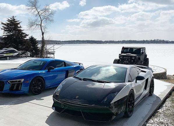Hai siêu xe và chiếc Jeep thuộc sở hữu của chủ nhân ngôi nhà nằm hướng ra hồ Cedar. Ảnh: Instagram