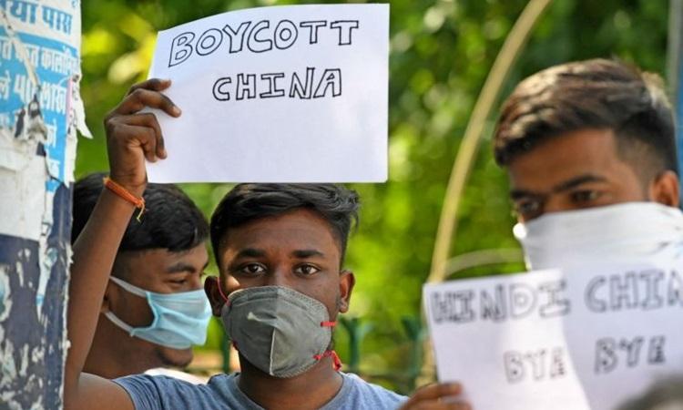 Người Ấn Độ giơ tờ giấy có dòng chữ tẩy chay hàng hóa Trung Quốc trong cuộc biểu tình ở New Delhi tuần này. Ảnh: AFP.