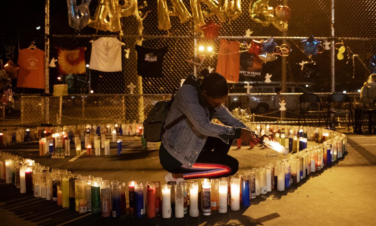 Tashena Letman thắp nến tưởng niệm cháu trai chết vì đạn lạc ởQueens, thành phố New York, cuối năm 2019. Ảnh: NYTimes.