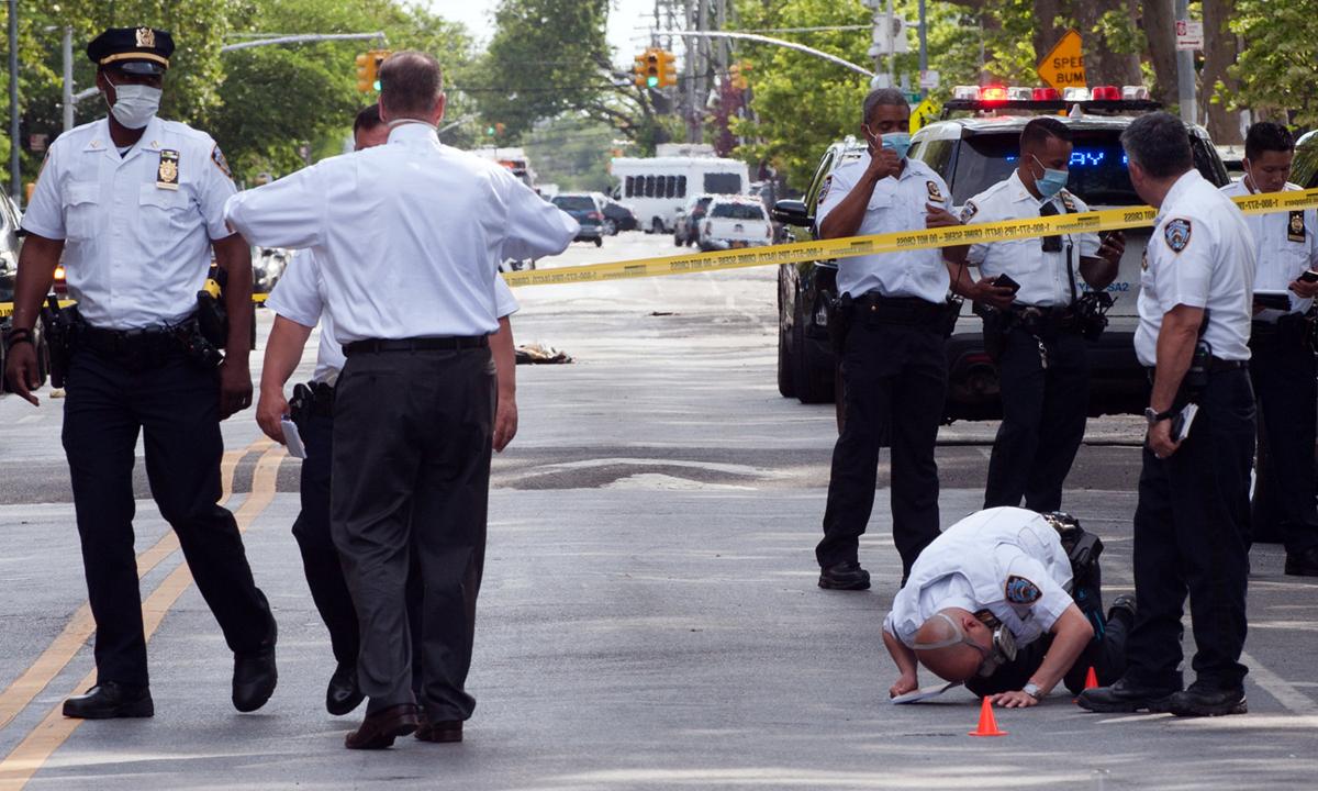 Cảnh sát điều tra vụ nổ súng ở Đông New York, Brooklyn, thành phố New York, hôm 19/6. Ảnh: NYTimes.