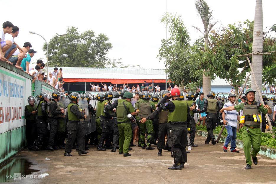 Tháng 11/2016, nhiều học viên cai nghiện ở Đồng Nai leo lên nóc nhà, tường rào hò hét, ném ghế, dép, xô nhựa... vào lực lượng chức năng, buộc cảnh sát phải nổ đạn cay trấn áp. Ảnh: Phước Tuấn.
