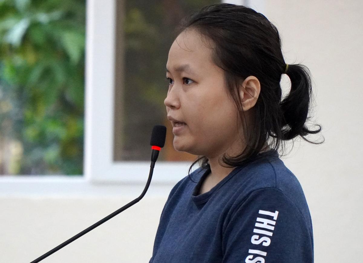 Bị cáo Hà trả lời thẩm vấn của đại diện VKS chiều 25/6. Ảnh: Phước Tuấn.
