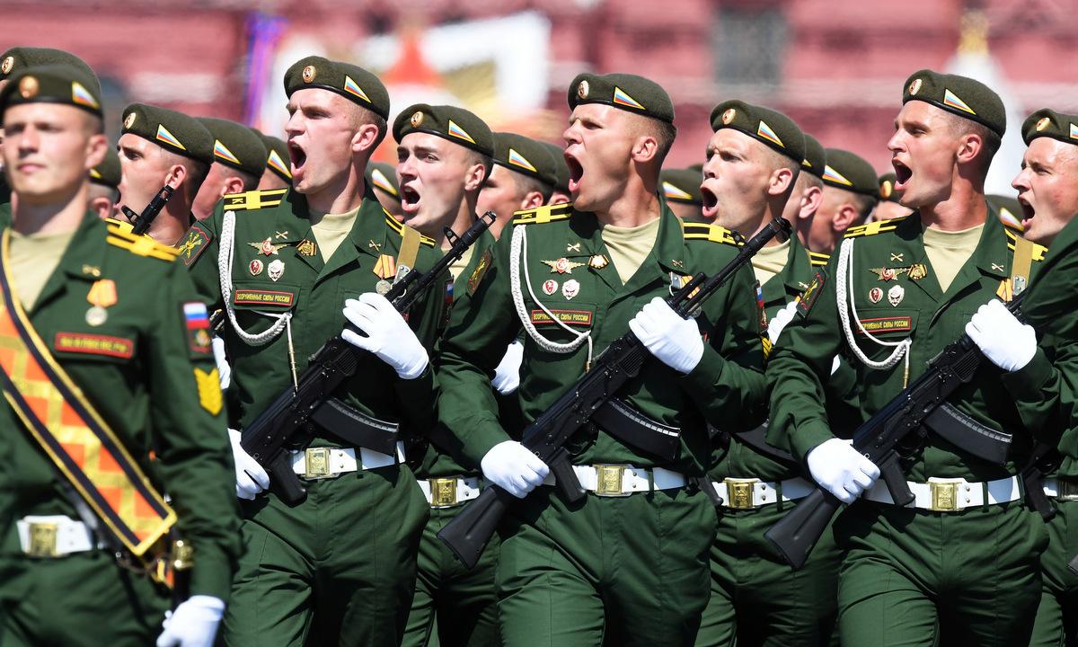 Lính Nga diễu qua lễ đài trong Duyệt binh Chiến thắng sáng 24/6. Ảnh: Reuters.