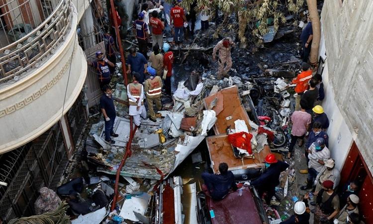 Hiện trường chiếc Airbus A320 của hãng Hàng không Quốc tế Pakistan gặp nạn ở Karachi ngày 22/5. Ảnh:Reuters.