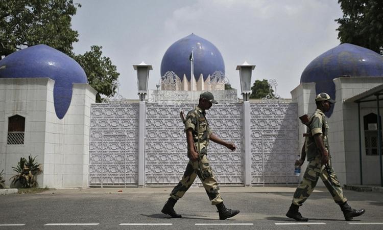 Binh sĩ Ấn Độ tuần tra trước đại sứ quán Pakistan hồi năm 2019. Ảnh: Reuters.