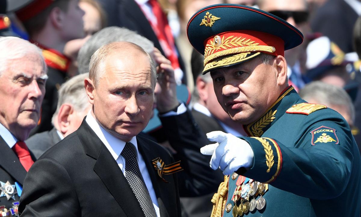Tổng thống Putin (trái) và Bộ trưởng Quốc phòng Shoigu sau lễ duyệt binh hôm 24/6. Ảnh: Reuters.